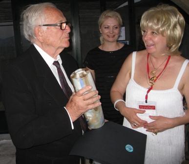 Пьер Карден стал обладателем вазы от Rudolf Kampf