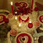 праздничная сервировка стола с красивым фарфором