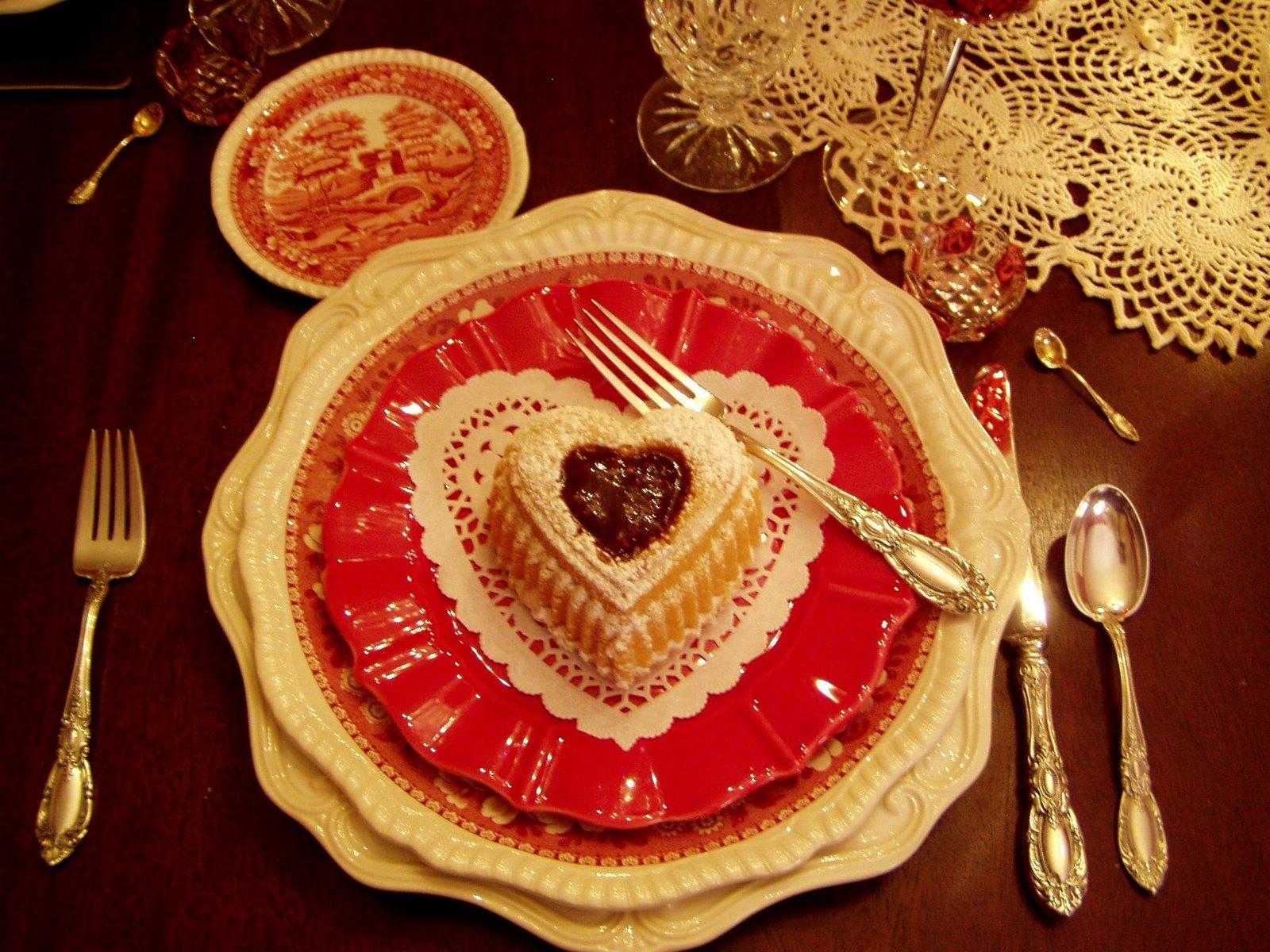 праздничная сервировка стола красивым фарфором
