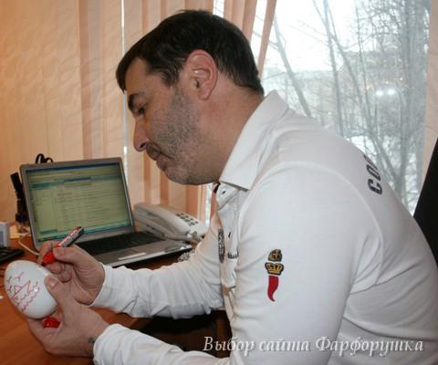 Евгений Гришковец расписывает фарфоровое пасхальное яйцо ИФЗ, авторская роспись, эксклюзивный фарфор